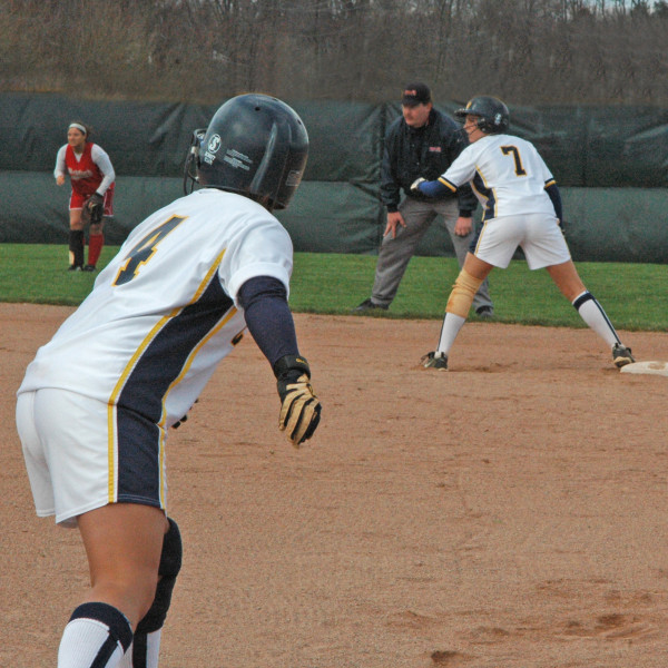 softball ready to run